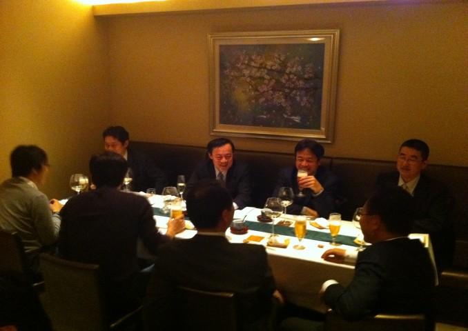 無事会が終わり、ホッとした表情の藤井会長と福多事務局長。