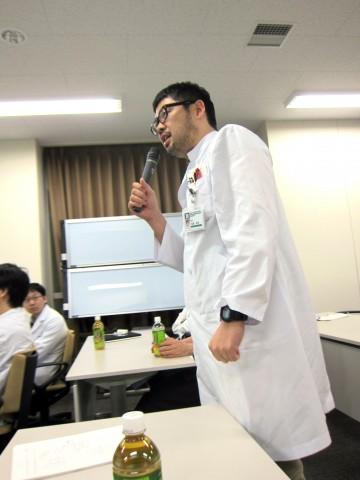 きれいな術野を保つ上での、止血法などについて質問される高尾先生