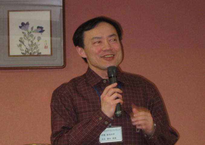 宴会で恒例の「一人一言」。藤井教授が「2年分すべる!」と宣言。