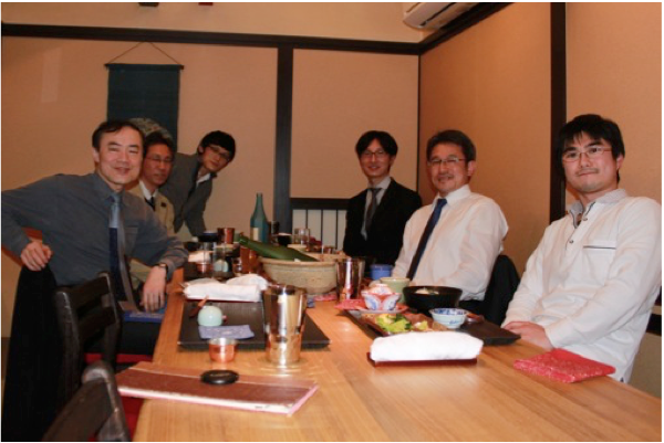 宴席での集合写真(左最奧が筆者)