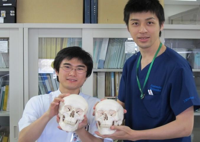 阿部英明先生(左)と三橋大樹先生(右)、入局祝いの頭蓋骨モデルと。