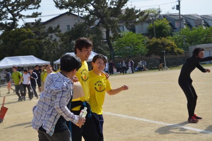 二人三脚借り物競走の矢島先生、楽しそうです。