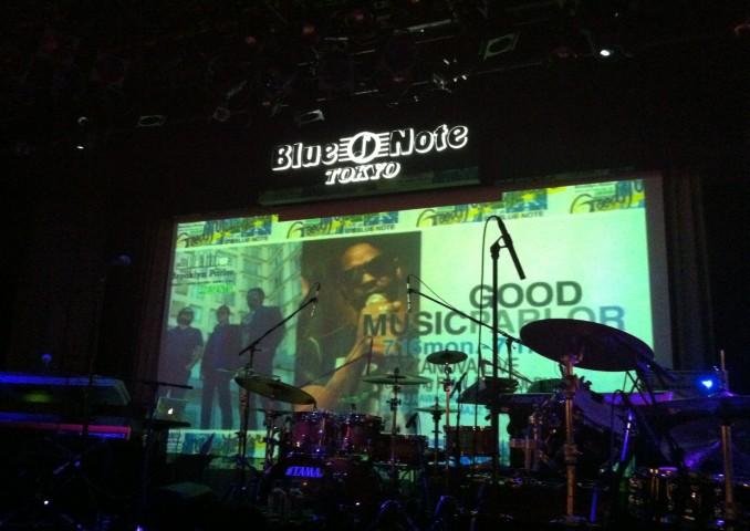 自由席でしたが、ステージの真ん前で食事とお酒と音楽を堪能できました。