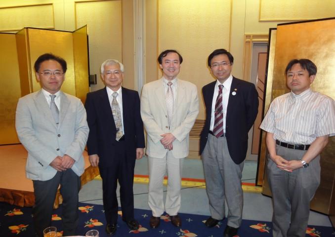 左から当番幹事の川口先生(長岡赤十字)、会代表の竹内先生(長岡中央)、藤井教授、藤巻教授、福多講師