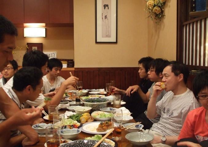 藤井教授も最後までご参加。学生さんたちに囲まれて。