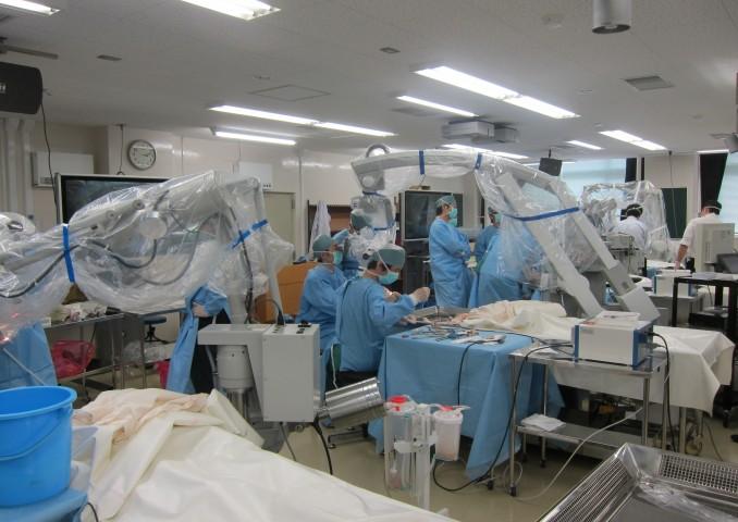 4台の手術顕微鏡での実習。国内でも有数の環境を整えての実習であったと思います。