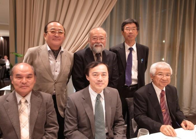 藤井先生を囲まれる諸先輩方