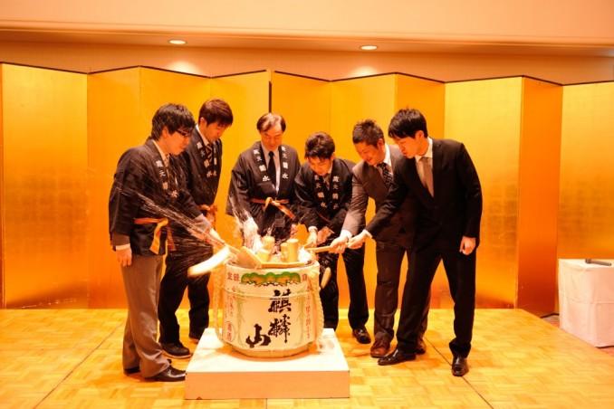 藤井先生と新入局員の鏡開き