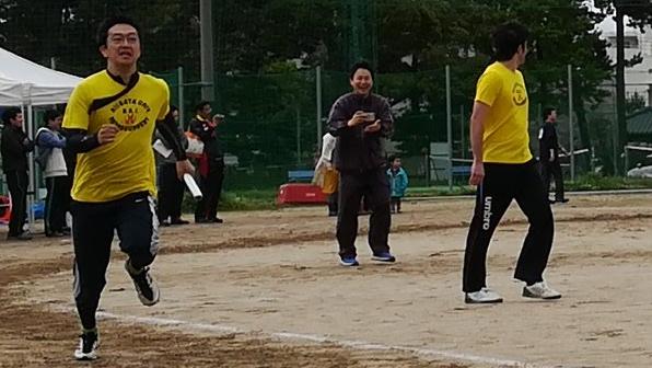 左:疾走する医局長。いつも医局員を引っ張っていってくれます。 右:応援する齋藤先生。今回の運動会部長。すべてのマネージメントを行っていただき皆が運動会を楽しめました。ありがとうございました。