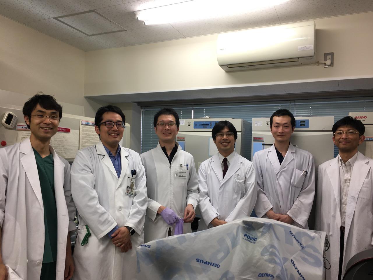 「中田先生とラボにて(中田先生は左から3番目)」
