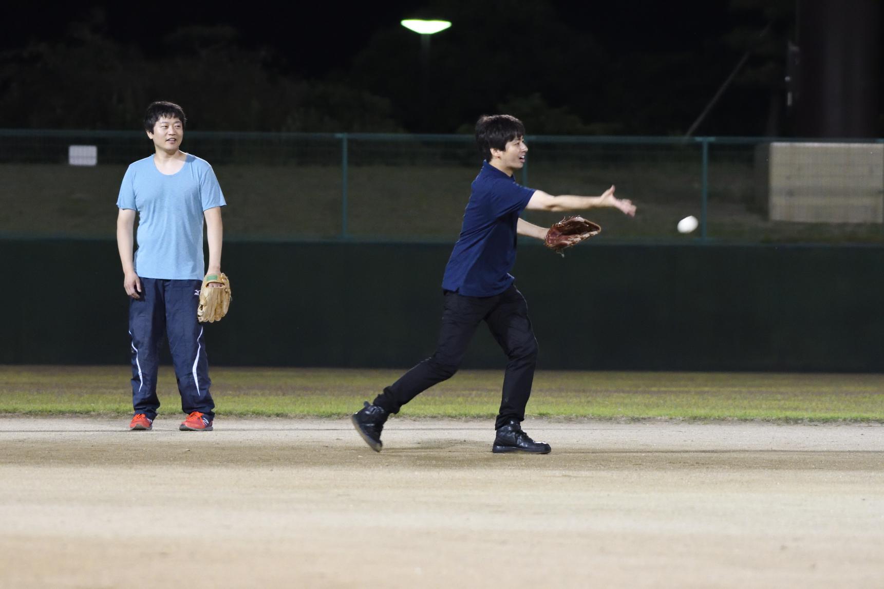 秘密兵器の磯貝先生、下手投げが得意技。