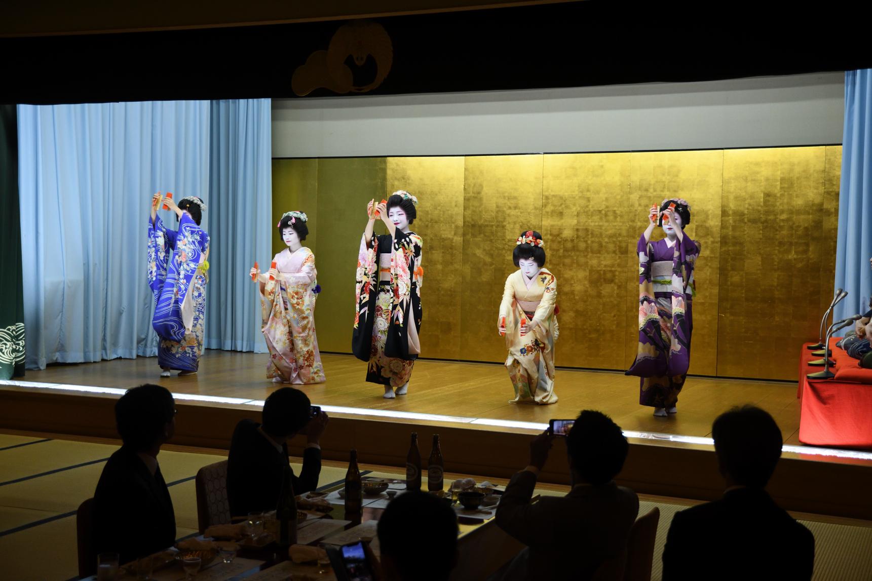 会長招宴では新潟芸妓を披露しました